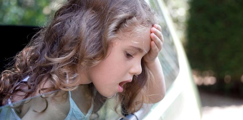 Kleines Mädchen hält Kopf aus dem Autofenster