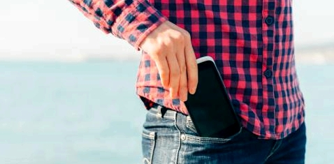 Smartphone in der Hosentasche