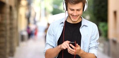 Ein Mann hört Musik mit seinem Smartphone