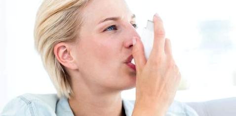 Eine Asthmatikerin inhaliert