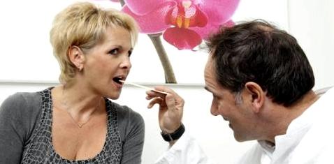 Arzt untersucht Zungenbrennen