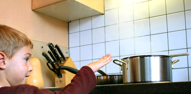 kochendes Wasser stellt eine hohe Verbrühungsgefahr für Kinder dar