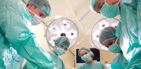 Ärzte beugen sich über einen Operationstisch