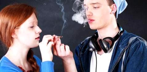 Zwei Jugendliche rauchen Cannabis