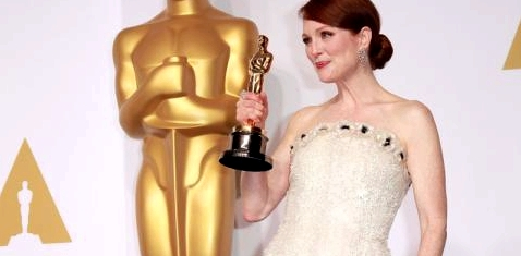 Julianne Moore hält den Oscar in der Hand