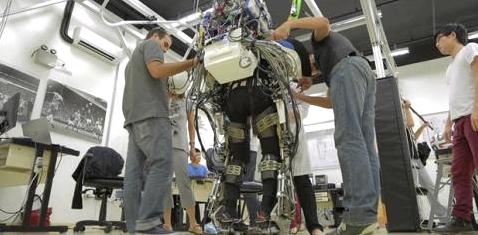 Roboteranzug lässt Gelähmte gehen