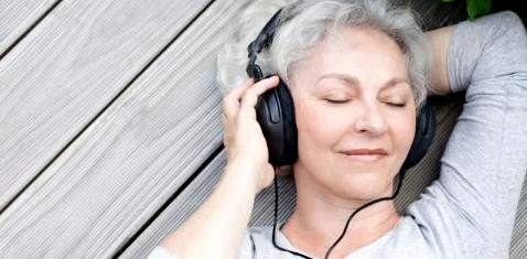 Eine Frau hört mit Kopfhörern Musik