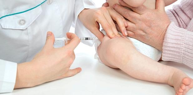 Impfung beim Baby - zwei Spritzen in die Oberschenkel und eine Schluckimpfung