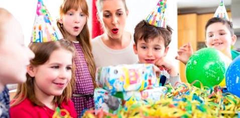 Kind feiert Geburtstag