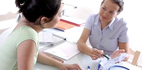 Ärztin erklärt Patientin Begriffe