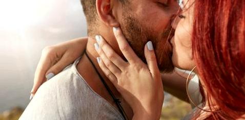 Ein Paar küsst sich mit geschlossenen Augen