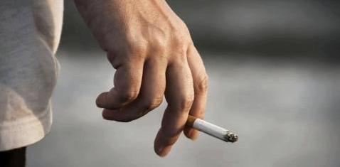 Eine Hand hält eine Zigarette