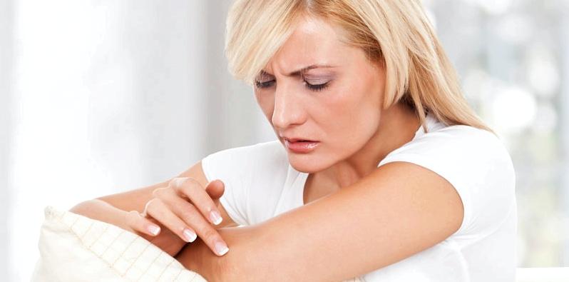 Frau mit Symptomen trockener Haut