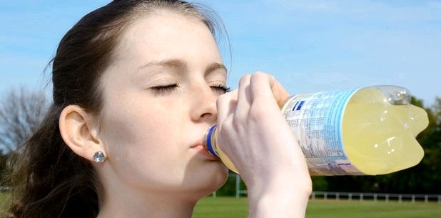 Viel trinken hilft gegen Mundtrockenheit