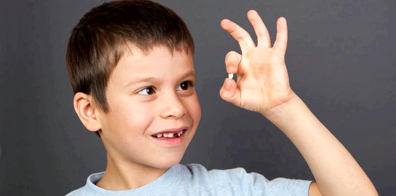 Kind stolz weil Wackelzahn ausgefallen