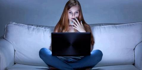Frau sitzt vor Laptop