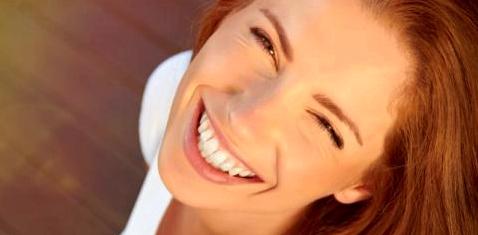 Eine Frau lacht in die Kamera