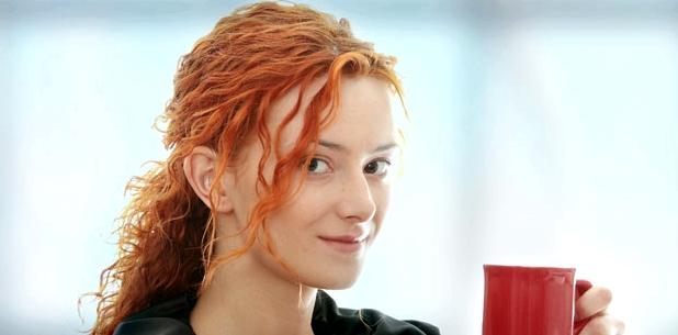 Junge Frau trägt Hörgerät