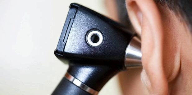Otoskopie bei einem Mann