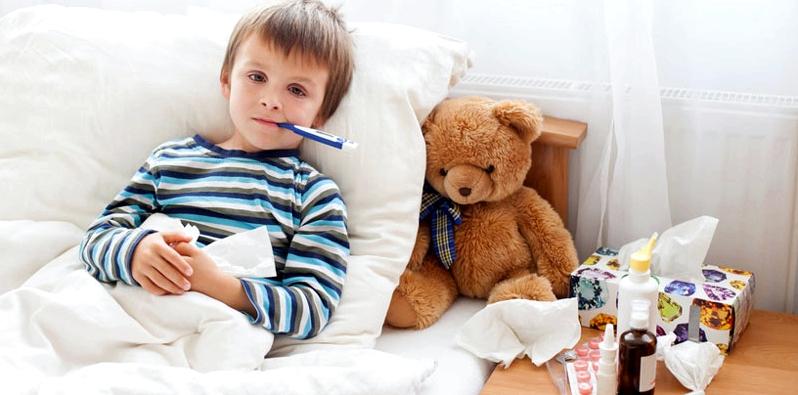 Junge im Bett mit Scharlach