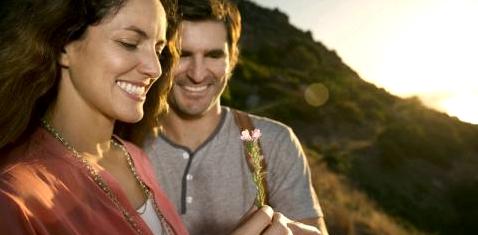 Ein Mann schenkt einer Frau eine Blume