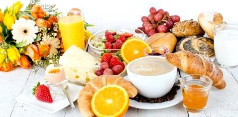 Ein voll gedeckter Frühstückstisch