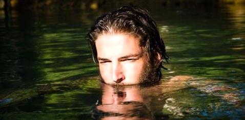 Mann beim Schwimmen im Wasser