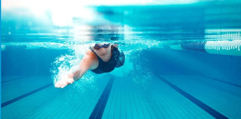 Tauchen im Swimming Pool
