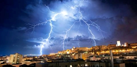 Gewitter über einer Stadt