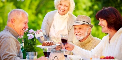 Ältere Menschen trinken Alkohol