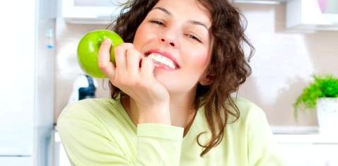 Eine Frau isst einen Apfel