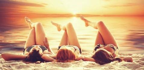 Drei Frauen nehmen ein Sonnenbad