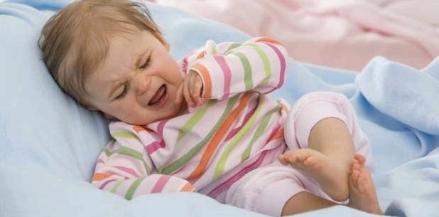 Kind weint wegen schmerzhafter Darmeinstülpung