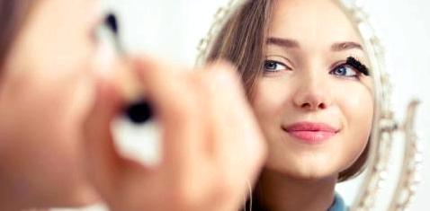 Eine Frau schminkt sich