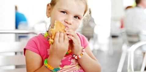 Ein Mädchen isst einen Burger