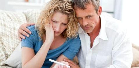 Paar betrachtet Schwangerschaftstest