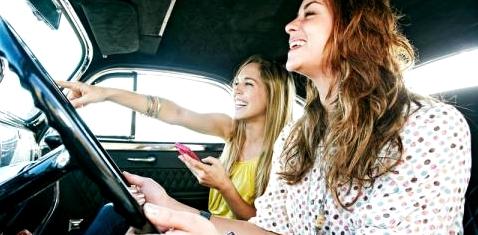 zwei Frauen im Auto