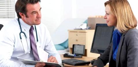 Arzt erklärt Patientin Laborwerte
