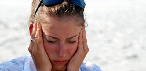 Mädchen mit Sommergrippe am Strand