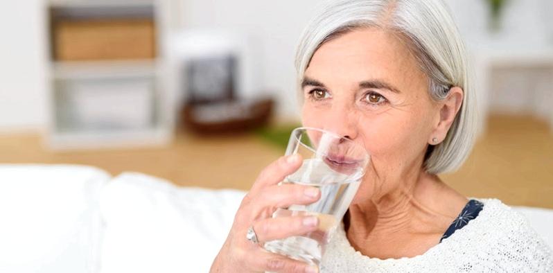 Um den Flüssigkeitsverlust, der bei Durchfallerkrankungen entsteht, auszugleichen, sollte der Betroffene viel trinken