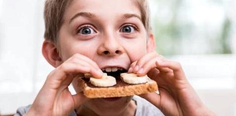 Kind isst Toastbrot