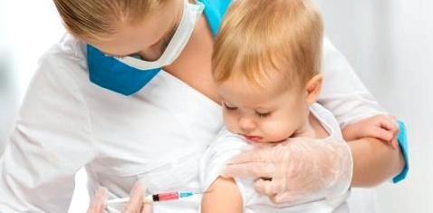 Ein kleines Kind wird geimpft