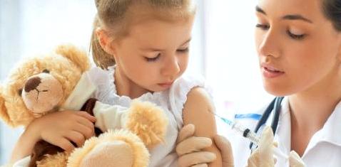 Ein kleines Mädchen wird geimpft