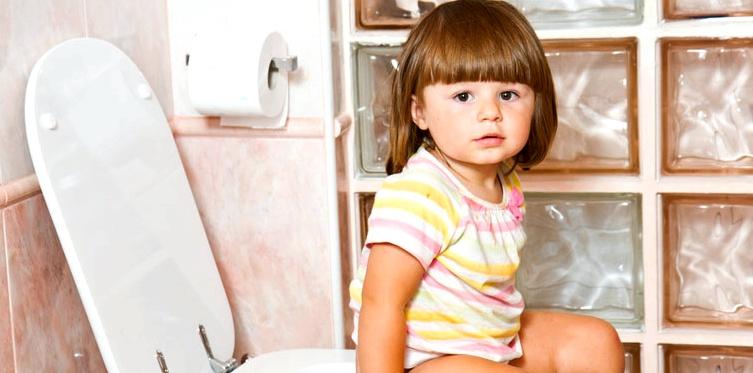 Mädchen sitzt auf der Toilette