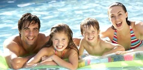 Eine Familie im Schwimmbecken