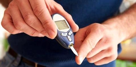 Ein Diabetiker misst seine Blutzuckerwerte