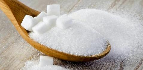 Ein Holzlöffel mit Zucker