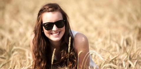 Frau im Kornfeld mit Sonnenbrille