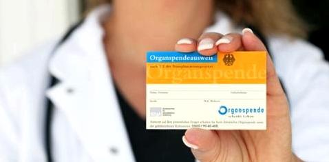 Frau mit Organspendeausweis