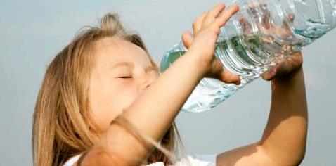 Kind trinkt aus PET-Flasche
